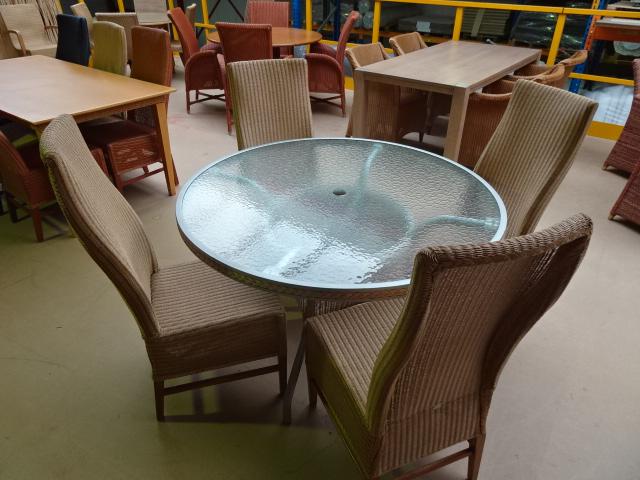 4 lloyd loom stoelen met ronde tafel