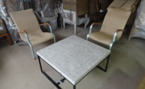 2 lloyd loom stoelen houten armleuning plus vierkante salontafel